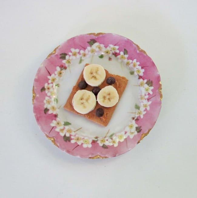 peanut butter and banana on graham cracker