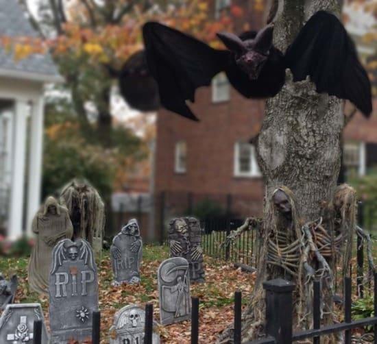 spooky Halloween yard decorations