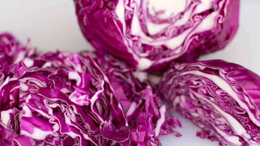 Cutting red cabbage for braised red cabbage.